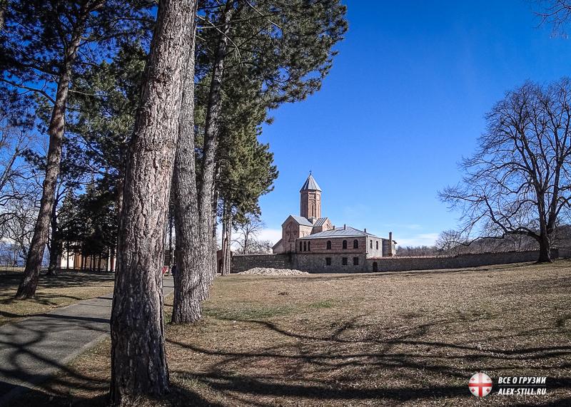 Новая Шуамта и вид на главную церковь