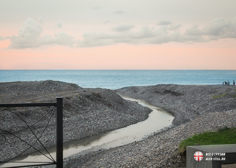 Речка, впадающая в Черное море