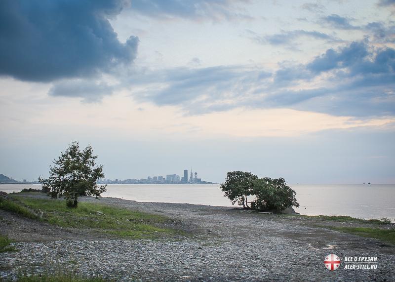 Вид на Батуми с пляжа Махинджаури