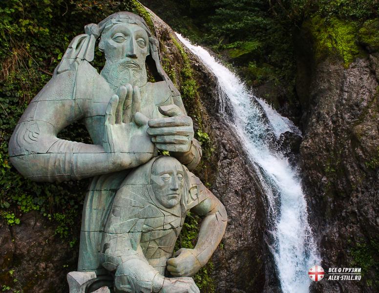 Скульптура Андрея Первозванного и водопад