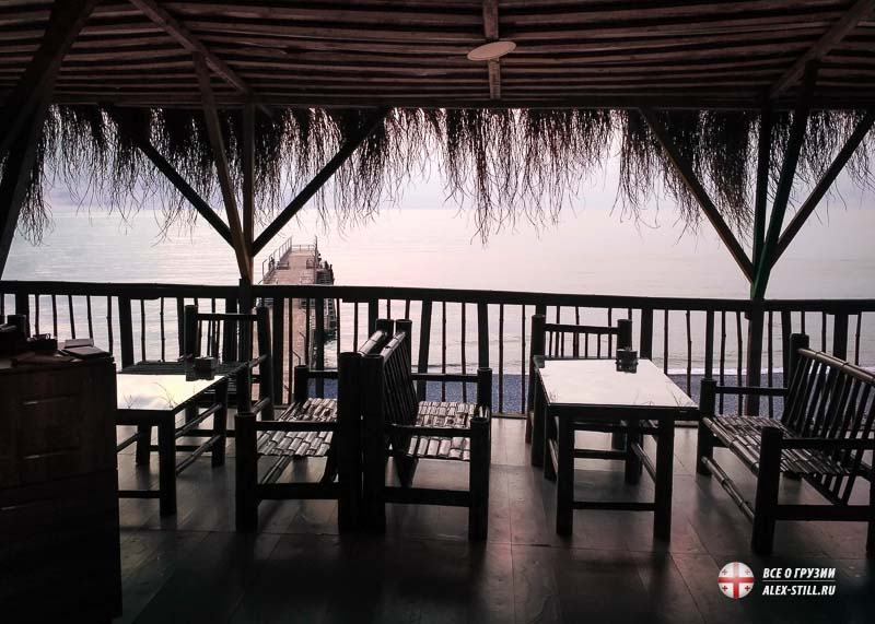 Небольшое кафе на пляже с терассой и видом на море