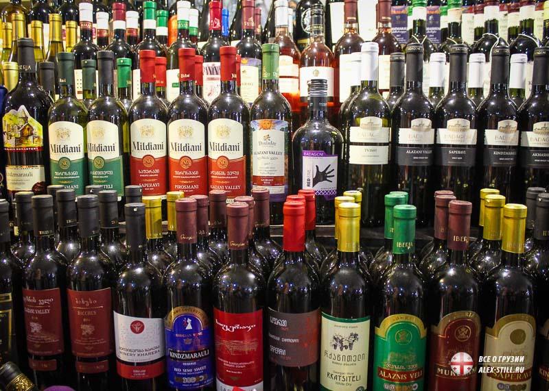 На рынке продают заводское и домашнее вино